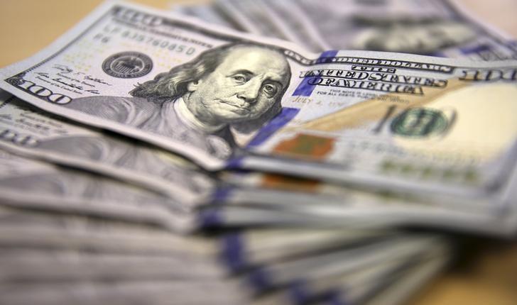 Notas de dólar norte-americano, em Johannesburgo, na África do Sul. 13/08/2014 REUTERS/Siphiwe Sibeko