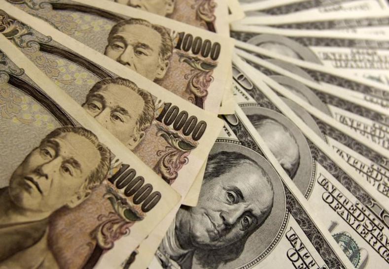 11月10日中盤のニューヨーク外為市場で、薄商いのなかドルが主要通貨に対して下落した。写真は2009年11月、東京で(2014年 ロイター/Yuriko Nakao)